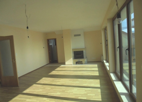 Sunny and spacious two-bedroom apartment in the town of Bansko